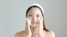 泡洗顔する女性 ภาพวิดีโอ