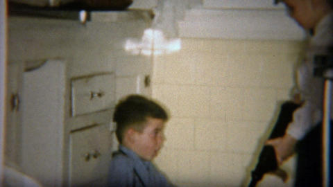 1954: Kid pointing gangster style tommy gun during role playing ビデオ