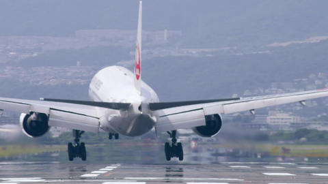 landing a jet 飛行機着陸 Stock Video Footage