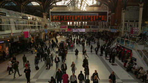 The Hustle and Bustle of Morning Commute in Liverpool Street Station, London, En Footage