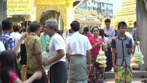 Yangon, entrance Shwe Phone Pwint Pagoda Live Action