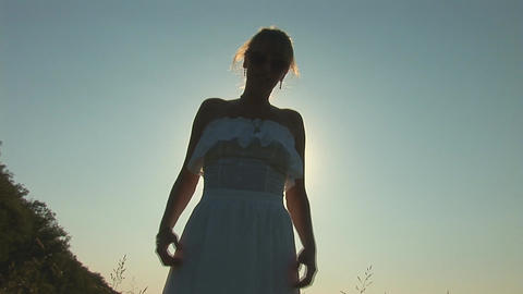 woman in grass e Stock Video Footage