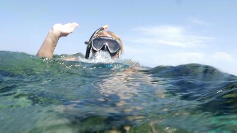 Woman in snorkel sending greeting from the sea Acción en vivo