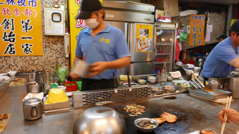 Cook quickly roast mixed meal on flat grill, right in front of customers ビデオ