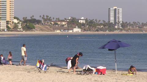 Tourists on Beach, Long Beach ライブ動画