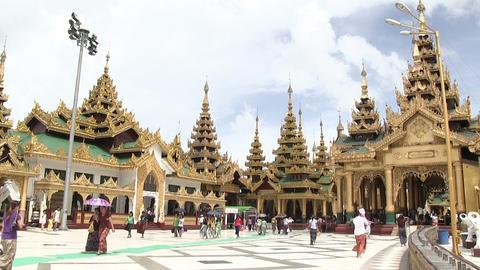 Tourists walking at Shwedagon Pagoda ライブ動画