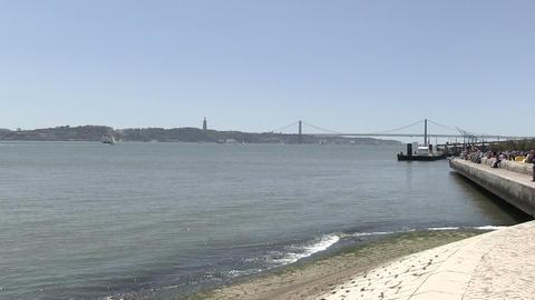 Tourists At River Waterfront ライブ動画