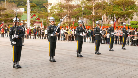 Sentinels stand in line and spin rifles, neatly turn and hold weapon 画像